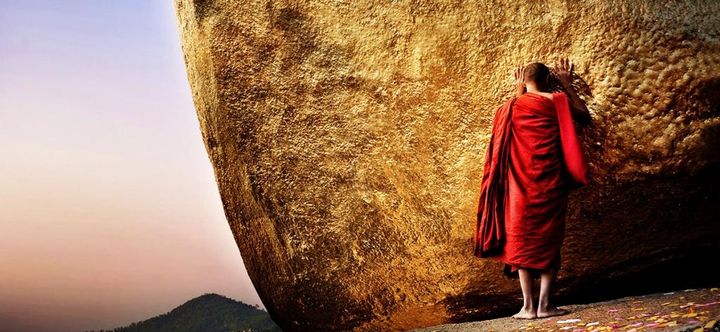 birmanie- Un moine priant sur le rocher d'or Kyaiktiyo